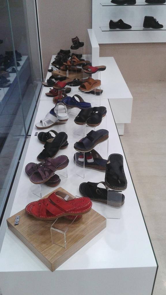 Βαθρο-βιτρινας-για-παπουτσια-υποδήματα-ορθοπεδικά-576x1024.jpg