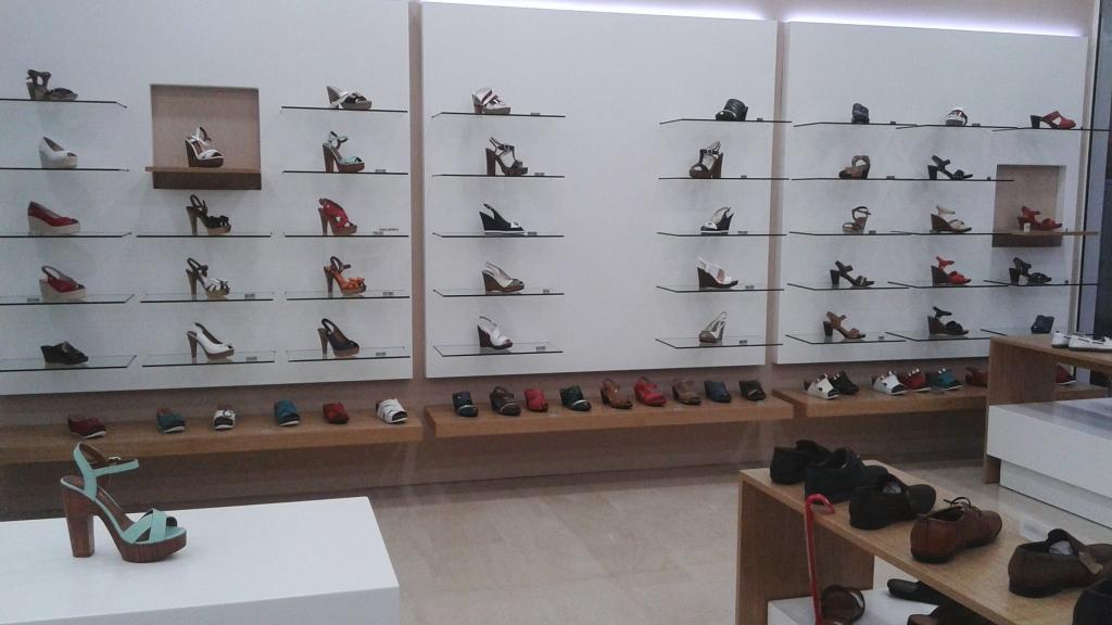 Ραφιέρες-παπουτσιών-για-καταστήματα-με-κρύσταλλο-1024x576.jpg