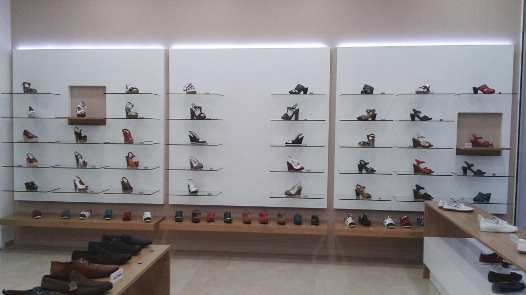 έπιπλα-πλατες-προβολης-παπουτσιών-υποδημάτων-1024x576.jpg