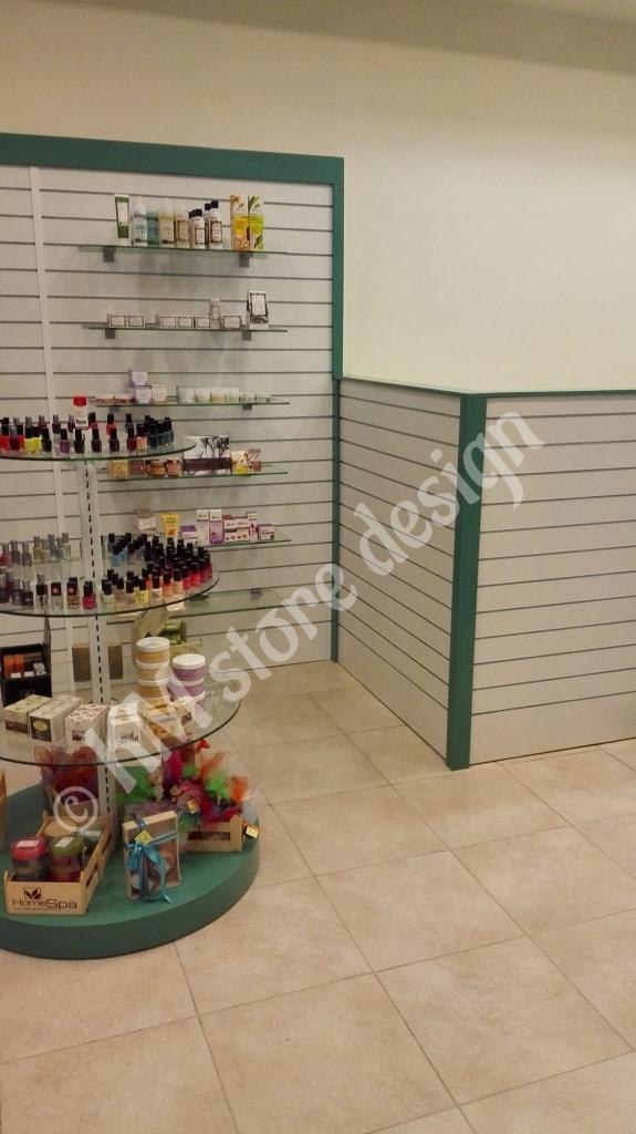 Σλάτ-πάνελ-για-κρέμαση-σε-φαρμακείο-slat-panel-με-ράγες-για-τοίχο-για-ράφια-κρύσταλλο-575x1024.jpg