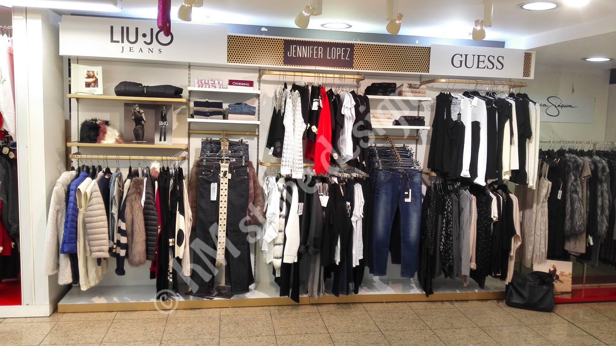 96b7a6772 Σύνθεση τοίχου για ρούχα σε κατάστημα κρέμαση, προβολή ανφας και διπλωμένα  ρούχα
