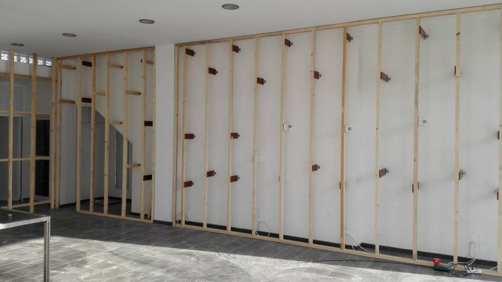 Υποδομή-με-τάβλες-για-στήριξη-σλατ-πάνελ-στον-τοίχο-1024x575.jpg