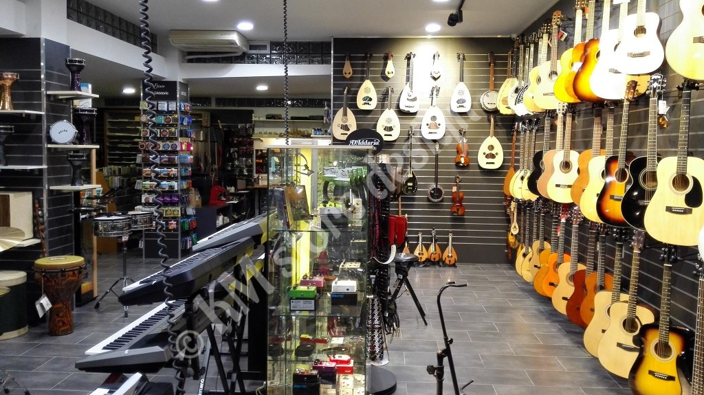 Slat-πάνελ-για-κατάστημα-ειδών-μουσικής-επένδυση-τοίχου-επιπλώσεις-καταστημάτων-1024x575.jpg