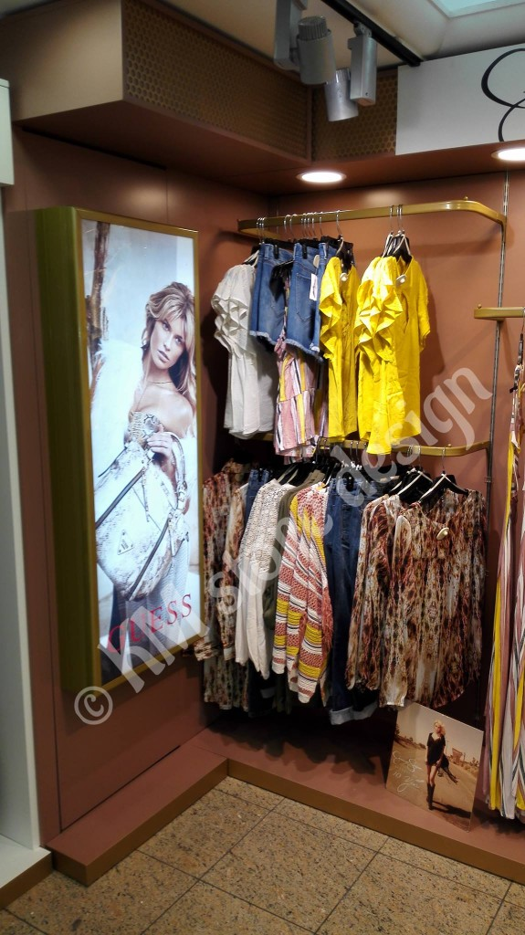 Lightbox-σε-μονάδα-για-ρούχα-φωτεινό-κουτί-για-τοποθέτηση-αφίσας-σήμανσης-Hondos-Center-575x1024.jpg