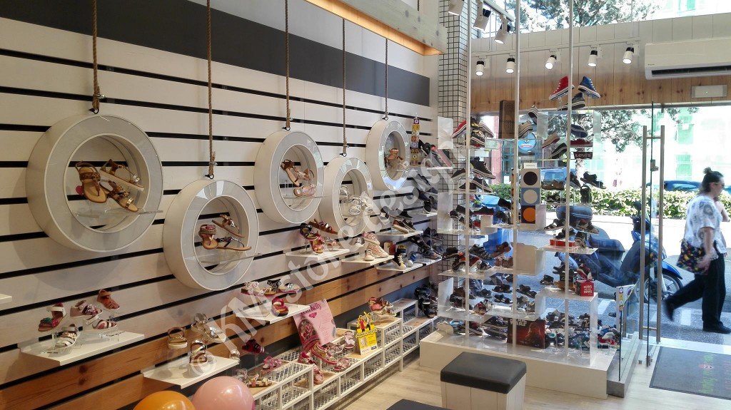 Έπιπλα-τοίχου-για-καταστήματα-ραφιέρες-παπουτσιών-1024x575.jpg