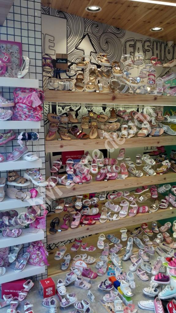 Ράφια-βιτρίνας-για-παπούτσια-βιτρίνες-καταστημάτων-575x1024.jpg