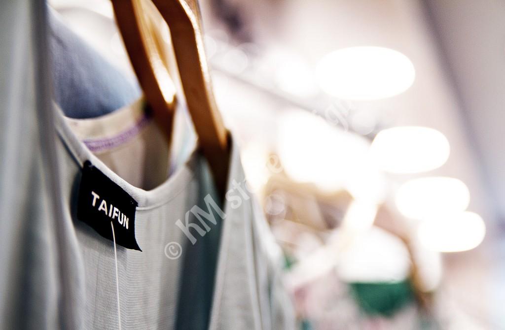 Κρέμμαση-ρούχων-σε-κατάστημα-στη-Ζάκυνθο-1024x670.jpg