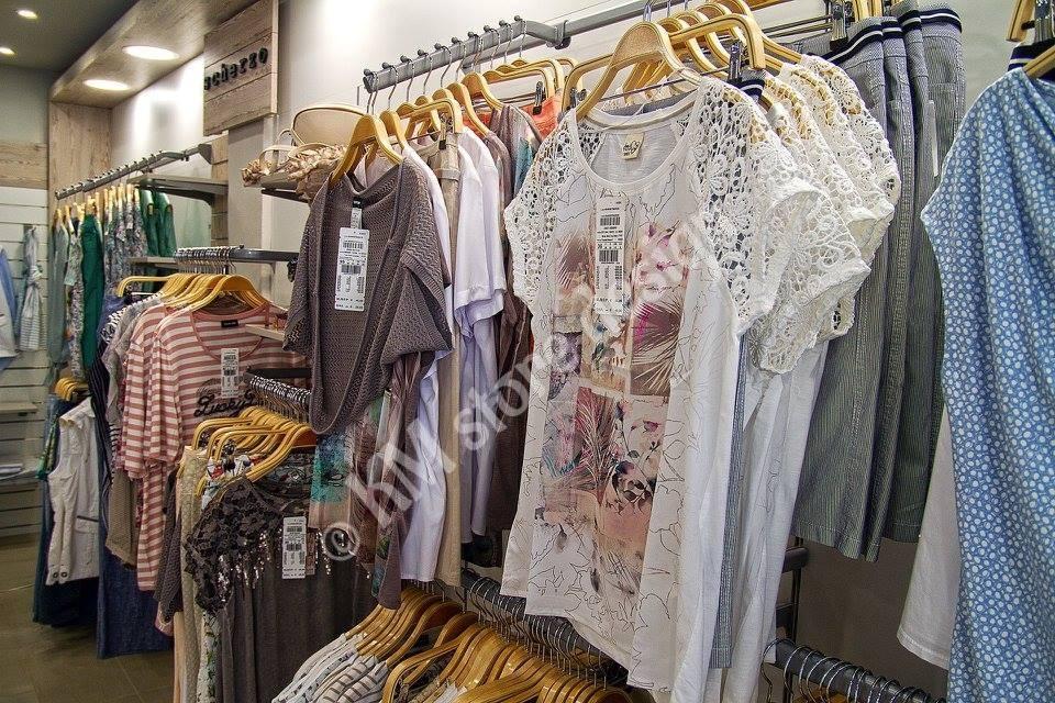Μονάδες-κρέμασης-ρούχων-σε-κατάστημα-γυναικείας-ένδυσης.jpg