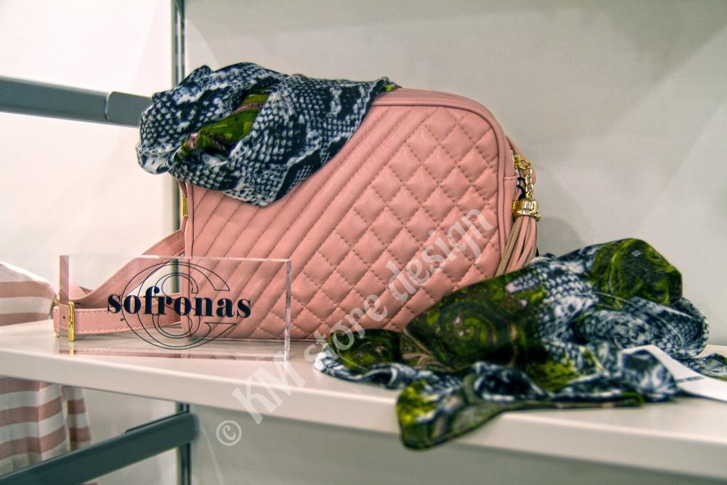 Ράφια-για-τσάντες-σε-κατάστημα-ρούχων-1024x683.jpg