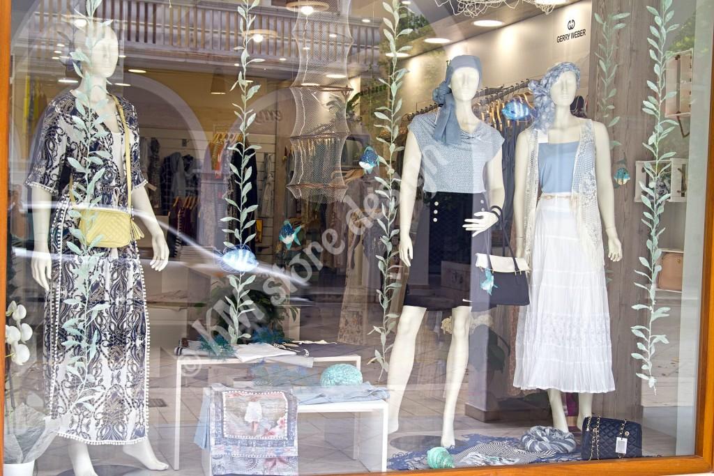Τραπεζάκια-κύβοι-βιτρίνας-καταστήματος-ρούχων-1024x683.jpg