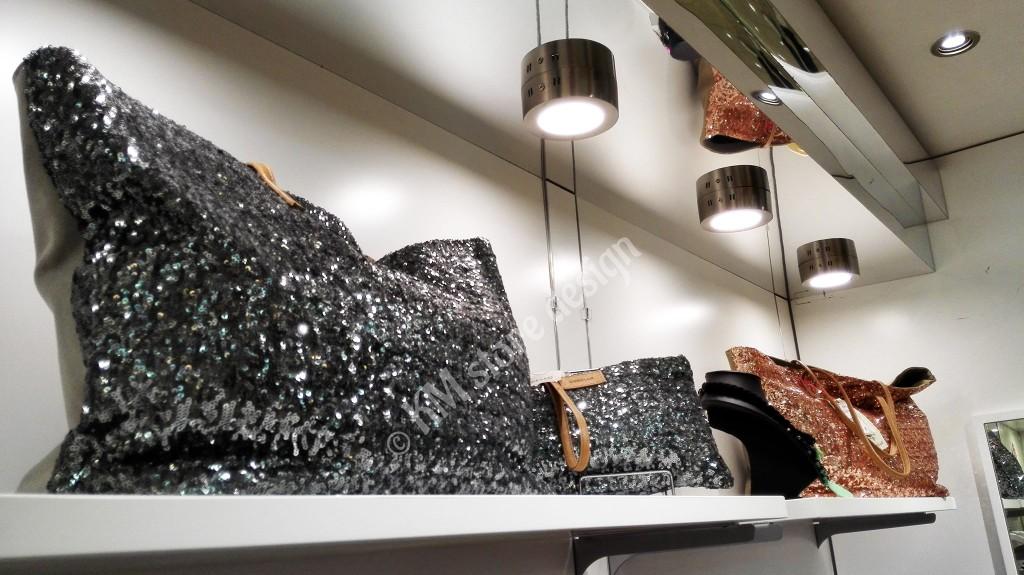 φωτιζομενο-επιπλο-ξυλινο-επιπλο-με-φορμαικα-και-led-spot-ραφια-για-τσαντες-1024x575.jpg