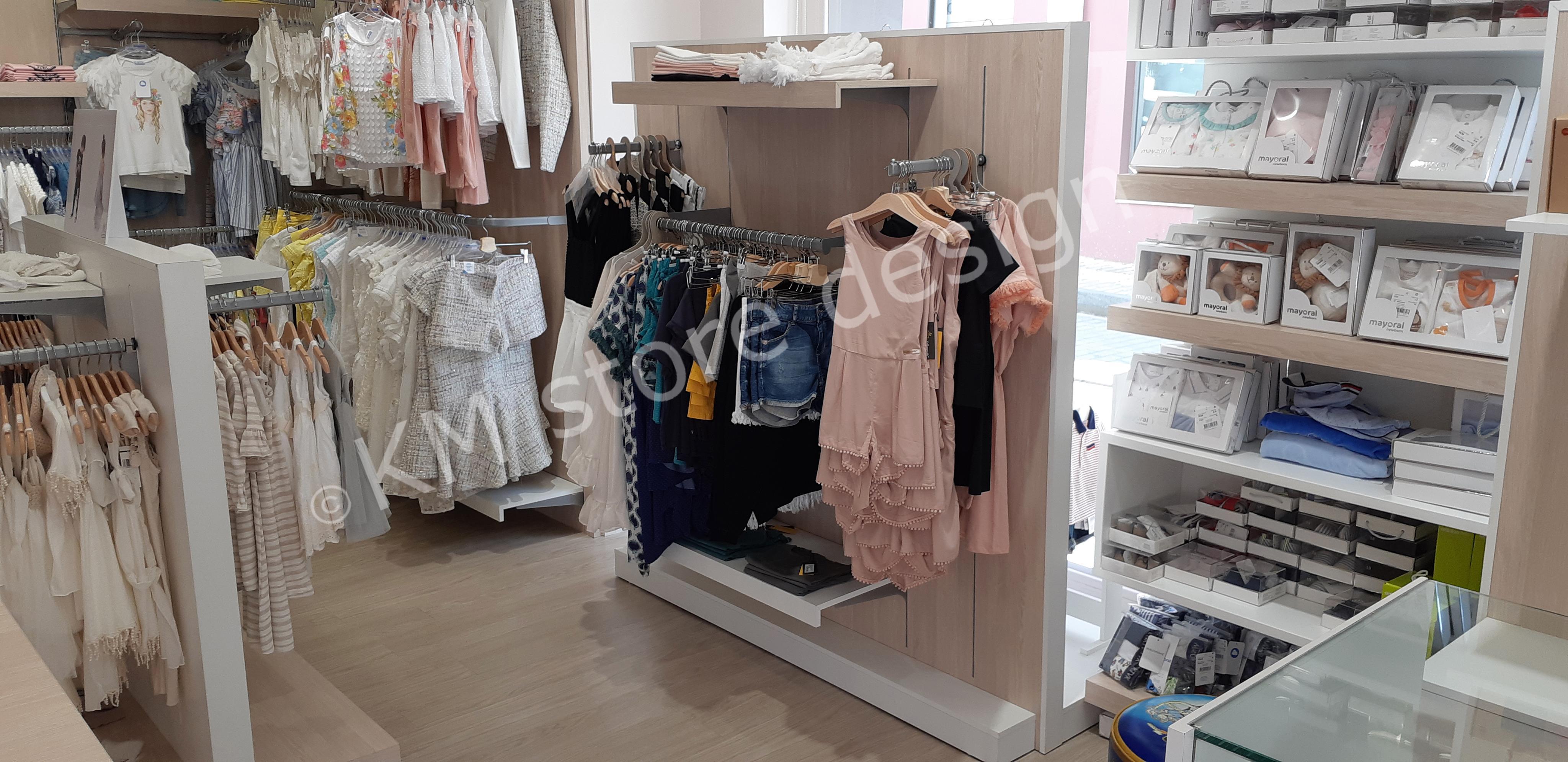 df3b1e642ae7 Εξοπλισμός καταστήματος παιδικών ρούχων. τραπεζακι βιτρινας ρουχα. γονδολες  καταστηματος