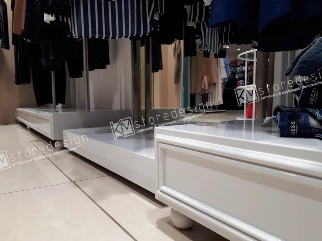 Βάθρα-σε-κατάστημα-με-ρούχα-1024x768.jpg